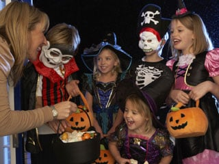 Here are 10 healthy, Halloween treats that you can give out to trick-or-treaters this year. (©iStockphoto/Thinkstock)
